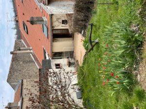 Grande maison atypique avec un beau jardin et un garage